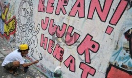 sejumlah-anak-membuat-mural-bertulisakan-berani-jujur-hebat-di-_130325204646-303